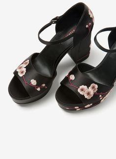 Sandalia raso bordada - Novedades - Calzado - Uterqüe España