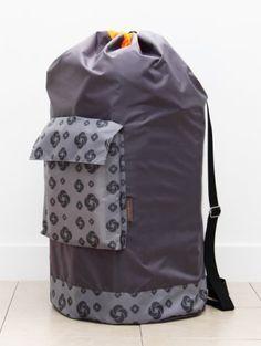 Samsonite Easy Carry Laundry Bag Samsonite http://www.amazon.com/dp/B00GYGBF44/ref=cm_sw_r_pi_dp_4JXFvb0E5SN2Z