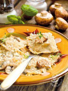 Ravioli with mushroom sauce - I Ravioli con salsa di funghi sono un must della buona e tradizionale cucina del Belpaese. Difficile sottrarsi di fronte a un piatto così goloso! #ravioliconsalsadifunghi