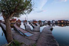 24. Juli 2015. Stille über dem Bokodi See westlich von Budapest. Die Stege zu den Bootshäusern sind verwaist.
