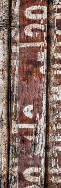 Sign of the Past #04. Bij monumenten zijn aan binnen- en buitenzijde symbolen en iconen zichtbaar. In de vorm van ornamenten, reliëfs en schilderingen. Ook de monumenten zelf hebben een iconische, historische en symbolische waarde. Hoewel men zich dat vaak niet realiseert, geldt dit ook voor industrieël erfgoed.  In het industriële zijn vaak lettertekens en cijfers te zien die een code vormen, die vaak nietszeggend op mensen overkomt. Vorm en achtergrond leveren een aansprekend beeld op.