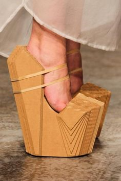 These shoes constructed of layered cardboard, are part of Winde Rienstra's 2014 footwear collection. He's known for exploring unconventional materials in fashion and footwear designs. Crazy Shoes, Me Too Shoes, Weird Shoes, Look Kimono, Funny Shoes, Shoe Boots, Shoes Heels, Prom Shoes, Pumps