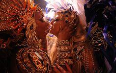 Musas da Acadêmicos do Tucuruvi se beijam antes do início do desfile, penúltimo dia de abertura do carnval 2012 em São Paulo..
