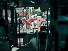 Lam.NT - Red traffic light and red umbrellas_Kyoto, Japan