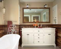 Эффектная ванная комната с зеркалом в деревянной раме