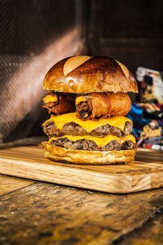 Receita leva queijo cheddar, rolinhos de bacon e molho especialJá faz tempo que o hambúrguer deixou de ser apenas um lanche. Com ingredienteas simples, como carne, queijo e bacon, é possível fazer …