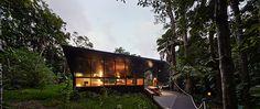 cape tribulation house, na daintree rainforest | projeto: m3 architecture | a casa foi construída numa clareira natural, o que evitou a derrubada de árvores maduras