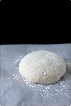 Pâte à pizza. Ingrédients / 1 pizza 2 personnes • Entre 250 et 300 g de farine • 1 cuillère à soupe d'huile d'olive • 1 cuillère à café de sel fin • 4 g levure boulangère • 15 cl d'eau