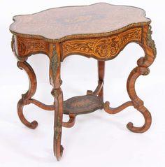 TABLE D'APPARAT NAPOLEON III En marqueterie de bois précieux ouvrant par un tiroir d'un côté, ga