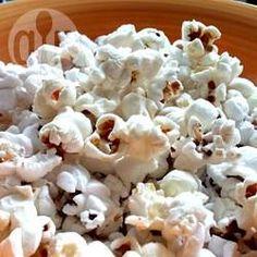 Popcorn mit Kokosöl - Popcorn wird in Kokosöl gepoppt und mit Meersalz gewürzt. Ein leckerer Snack mit wenig Kalorien und eine prima Alternative zu normalem Popcorn.@ de.allrecipes.com