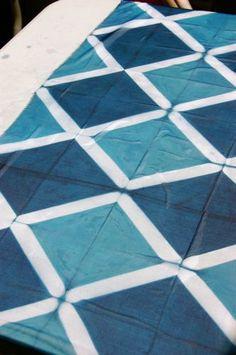 itajime on organza - Shibori workshop Shibori Techniques, Tie Dye Techniques, Shibori Fabric, Shibori Tie Dye, International Quilt Festival, Japanese Textiles, How To Dye Fabric, Silk Painting, Quilting Designs