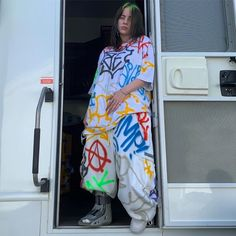 Billie Eilish doesn't care what you think of her style Billie Eilish doesn't care what you think of her style Reebok Pump Fury, Billie Eilish, Gianni Versace, Nike Air Force One, Looks Black, Teen Choice Awards, Amy Winehouse, Colorful Fashion, Look Fashion