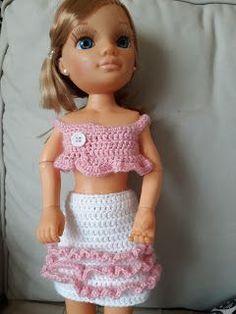 Nancy - Conjunto chaleco y falda con flecos Crochet Doll Pattern, Crochet Dolls, Knit Crochet, Crochet Hats, Crochet Barbie Clothes, Doll Clothes, Barbie And Ken, Lily, Knitting