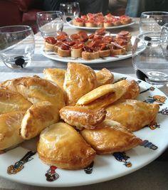 Empanadas de thon à la tomate. On peut en faire à l'avance et les congeler crus pour un apéro surprise !