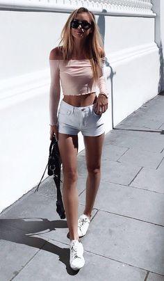 Street style look com blusa e short jeans.