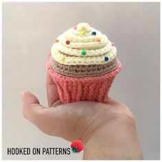A free crochet pattern of a cupcake. Do you also want to crochet this pin cushion? Read more about the Free Crochet Pattern Pin Cushion Cupcake. Hdc Crochet, Crochet Hot Pads, Crochet Amigurumi, Crochet Teddy, Free Crochet, Crochet Birds, Crochet Bear, Crochet Animals, Crochet Lamp