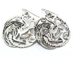 Para fãs do seriado Game of Thrones (Guerra dos Tronos), lindo par de brincos da facção Targaryen na cor prata.