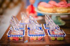 E lógico que o clássico sapatinho de cristal não poderia faltar! Essa é uma ótima ideia de lembrancinha que serve de porta jóias para decorar a prateleira da sua princesa em casa! Tudo bem registrado pelas lentes da Evelyn Delduque. Cake, Desserts, Food, Souvenir Ideas, Good Ideas, Shelf Wall, Cinderella, Crystals, Lenses