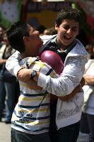Juego de estallar globos con el cuerpo. Ver en: 20 RETOS, JUEGOS, PRUEBAS Y PENITENCIAS CON BOMBAS O GLOBOS