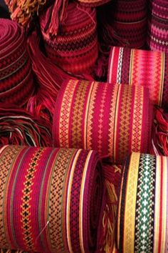 Nytt belte til Beltestakken? No har vi stort utval - flotte fargar! Inkle Weaving, Card Weaving, Tablet Weaving, Swedish Traditions, Tribal Dress, Woven Belt, Quilt Stitching, Folk Costume, Festival Wear