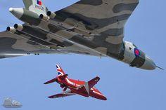 Vulcan and Red arrow Navy Aircraft, Aircraft Photos, Military Jets, Military Aircraft, Military Engineering, Avro Vulcan, Raf Red Arrows, Delta Wing, Royal Air Force