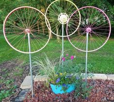 15 DIY Garden Decor Ideas that are the Cutest! 15 DIY Garden Art ProjectsLiving Rich With Coupons® Bicycle Wheel, Bicycle Art, Bicycle Crafts, Bicycle Rims, Bicycle Shop, Diy Garden Decor, Garden Art, Garden Design, Garden Totems
