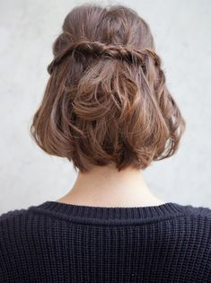Ce printemps, on pense à donner un twist romantique à nos coupes au carré - http://bit.ly/1gyjvtW Tags : Coupes de cheveux - Tendances de Mode
