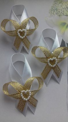 Ribbon Art, Ribbon Crafts, Flower Crafts, Ribbon Bows, Distintivos Baby Shower, Baby Girl Shower Themes, Bridal Shower Corsages, Ribbon In The Sky, Decorated Wine Glasses