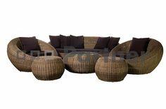 Veľmi exotický dizajn dali tvorcovia záhradnej zostave s názvom Čajová. Skvele zapadne nielen do prírodného prostredia záhrady, ale aj do moderne zariadených interiérov. Zostava je určená pre šesť osôb. Je vyrobená z kvalitného umelého ratanu, ktorý je veľmi populárny pri výrobe záhradného nábytku kvôli svojim vlastnostiam. Je v podstate bezúdržbový, odolný proti zlým poveternostným podmienkam a je možné ho mať umiestnený na Vašej záhrade po celý rok. Stolík má na vrchu umiestnenú sklenenú…