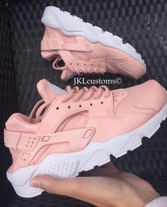 Nike Huarache Rose mit weißen Sohle.  Der Basis Schuh ist eine weiße Nike Air Huarache die dann vorbereitet und angepasst mit professionellen Produkten und Leder Farben und mit einem Finish Produkt fertig. Die Farbe ist wasserdicht und sollte nicht zustande, es sei denn, an.   C A R E Wie alle Schuhe sollte sie gesorgt werden. Man kann sie auf einer täglichen Basis tragen aber Kommissionierung, kratzen oder Scheuern des Lacks wird sie beschädigt. Wenn die Schuhe schmutzig zu machen, nur…