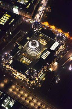 ღღ Licht in der Kuppel: der Reichstag von oben. ~~ Reichstags building with lite glass dome