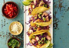 Guacamole mit kleinen Avocadostückchen ist die perfekte Beilage zu diesen Tacos gefüllt mit frisch gegrilltem Lachs. Ein original mexikanisches Essen, servierfertig in nur 30 Minuten.