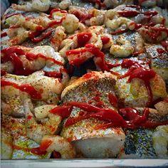 Merluza y Bacalao al horno. Tomate natural, pasta de tomate, cebolla, pimiento rojo, ajo, merken, sal, pimienta, orégano y paprika.