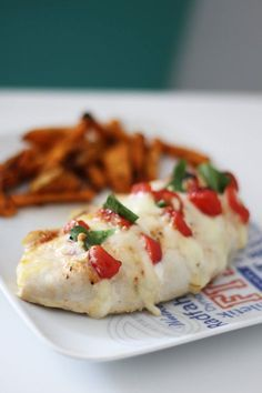 Caprese chicken (w/ mozzarella & tomatoes) Snack Recipes, Healthy Recipes, Snacks, Healthy Food, Food Inspiration, Meal Prep, Food Porn, Food And Drink, Tasty