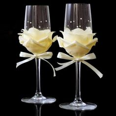 There are some really stunning silk flowers that you can buy, and we show you how to use silk flowers to dress up champagne glasses for a special occasion. Bridal Glasses, Wedding Toasting Glasses, Wedding Champagne Flutes, Champagne Glasses, Diy Wine Glasses, Decorated Wine Glasses, Painted Wine Glasses, Wine Bottle Crafts, Bottle Art