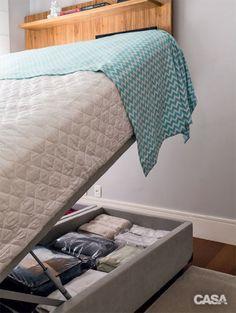 Para aproveitar todos os espaços de ambientes compactos, o truque é usar móveis multiúso, a exemplo deste modelo de cama box (Copel Colchões): seu baú funciona como roupeiro, organizando o enxoval de cama e banho, além de roupas usadas em outras estações.