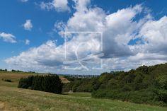 Wolken ziehen über das Land - Wolken, Himmel, Landschaft, Waldrand, Wiese, Weide. Naturfotografie, Sommer - http://ronni-shop.fineartprint.de