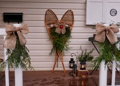 ideas for decorating wooden snowshoes for christmas Christmas Door Wreaths, Christmas Swags, Christmas Past, Primitive Christmas, Rustic Christmas, Christmas Projects, Winter Christmas, Christmas Ideas, Farmhouse Christmas Decor