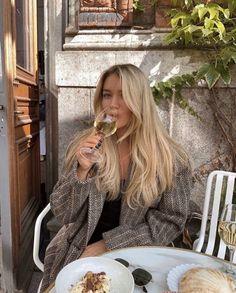 Blonde Bob Wig, Blonde Hair Looks, Ash Blonde, Blonde Brunette Hair, Blonde For Brunettes, Blonde Hair Outfits, Brown Hair Dyed Blonde, Blonde Hair Models, Blonde Hair Tips