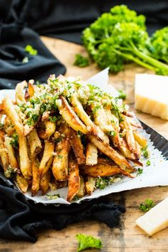 Extra crispy Parmesan garlic fries are baked in the oven, instead of fried, for a healthier french fry recipe! Top them off with a Parmesan, garlic and parsley coating for the ultimate gluten-free and vegetarian side dish recipe. Garlic French Fries, Garlic Parmesan Fries, Baked Garlic, French Fries Recipe, Gluten Free Recipes Side Dishes, Vegetarian Recipes, Cooking Recipes, Healthy Recipes, Truffle Fries