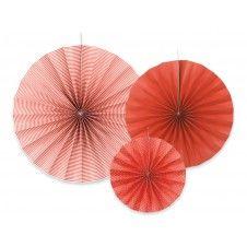 Wunderschöne Papierrosetten in verschiedenen Rottönen