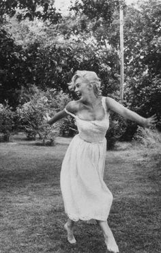Norma Jeane (Marilyn Monroe) parte doscientos ochenta y seis Old Hollywood, Classic Hollywood, Art Beauté, Pin Up, Marilyn Monroe Photos, Marilyn Monroe Pregnant, Marilyn Monroe Style, Marilyn Monroe Outfits, Marilyn Monroe Wallpaper
