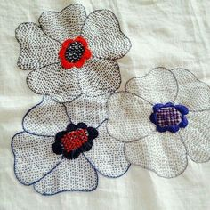Gorgeous hand stitched flowers via Treehouse Textiles. Just beautiful. Hand Embroidery Flowers, Flower Embroidery Designs, Creative Embroidery, Hand Embroidery Stitches, Embroidery Hoop Art, Hand Quilting, Cross Stitch Embroidery, Embroidery Patterns, Hand Embroidery Projects