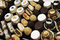 Grande varietà di dolci per deliziare momenti speciali, ma anche una semplice pausa relax #dolci #mignon #pasticcini #sweet #cake #top #alba