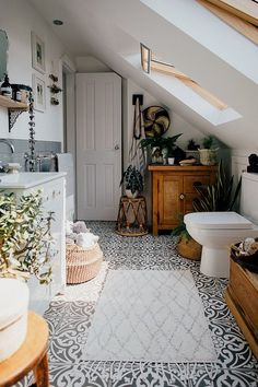 Monochrome Floor Tiles – Theresa's Four Bed Boho Inspired Home. Scandi Bathroom … Monochrome Floor Tiles – Theresa's Four Bed Boho Inspired Home. Scandi Bathroom In Grey And Monochrome With Natural Textures And Lots Of Greenery. Image By Adam Crohill. Home Decor Inspiration, Inspired Homes, Bedroom Design, Sweet Home, Global Home, Interior, House, House Interior, Home Deco