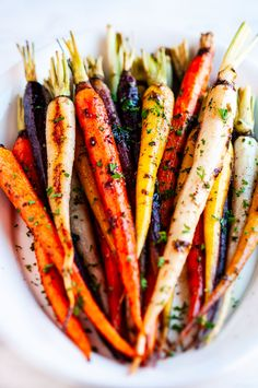 Honey Garlic Roasted Carrots Honey garlic roasted carrots - An easy, simple, delicious, 30 minute side dish recipe to add to your dinner (and Thanksgiving) table! Vegetable Side Dishes, Vegetable Recipes, Vegetarian Recipes, Cooking Recipes, Healthy Recipes, Easter Recipes Vegetables, Fast Recipes, Healthy Food, Side Dish Recipes