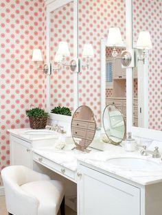 Penteadeira com bancada branca e papel de parede rosa