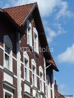 Altes Wohnhaus mit spitzem Giebel mit Fassade aus rotem Backstein und weißem Sandstein in Bielefeld-Schildesche in Ostwestfalen-Lippe