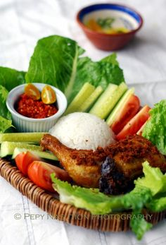 Ayam goreng dan lalapan -- Indonesian fried chicken, raw vegs, and sambal oelek Asian Recipes, Healthy Recipes, Ethnic Recipes, Lombok, Bacon And Egg Sandwich, Malay Food, Indonesian Cuisine, Malaysian Food, Fried Chicken