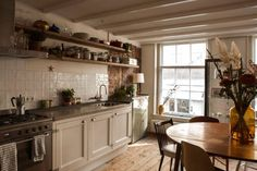 Airbnb: Lola's place by Scotch & Soda - Appartementen te Huur in Amsterdam Dining Area, Kitchen Dining, Kitchen Decor, Kitchen Ideas, Kitchen Shelves, Rustic Kitchen, Kitchen Designs, Amsterdam Apartment, Gravity Home
